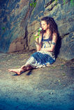 Jeune femme américaine vous manquant avec la rose de blanc à New York Photo stock