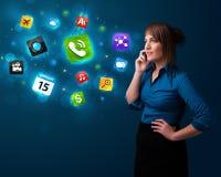 Jeune femme appelant par le téléphone avec de divers graphismes Photographie stock
