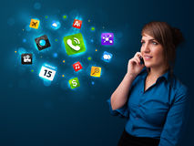 Jeune femme appelant par le téléphone avec de divers graphismes Images libres de droits