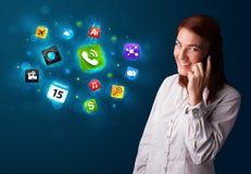 Jeune femme appelant par le téléphone avec de divers graphismes Photo stock
