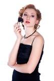 Jeune femme appliquant le blusher Image libre de droits