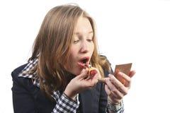 Jeune femme appliquant le rouge à lievres rouge Photos stock