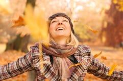 Jeune femme appréciant l'automne Photographie stock libre de droits