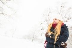 Jeune femme appréciant l'hiver Image stock