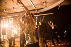 Jeune femme appréciant la danse dans le club image stock
