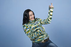Jeune femme appréciant la musique Image libre de droits