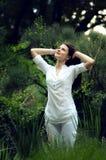 Jeune femme appréciant la nature Photographie stock