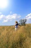 Jeune femme appréciant la nature Photos stock