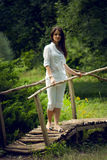 Jeune femme appréciant la nature dans le jardin d'été Photo libre de droits