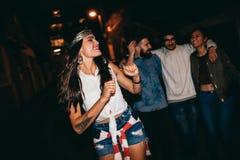 Jeune femme appréciant la partie avec ses amis Photos libres de droits