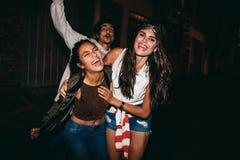 Jeune femme appréciant la partie avec ses amis Image stock