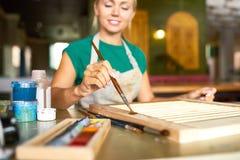 Jeune femme appréciant la peinture dans le studio photo libre de droits