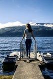 Jeune femme appréciant le jour ensoleillé à côté du fjord, Norvège image stock