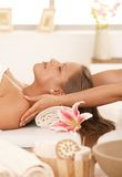 Jeune femme appréciant le massage Images libres de droits