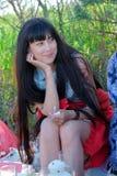 Jeune femme appréciant le pique-nique avec des amis Photo libre de droits