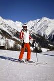 Jeune femme appréciant le ski Photographie stock
