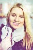 Jeune femme appréciant le soleil Photographie stock libre de droits