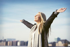 Jeune femme appréciant le soleil Photos stock