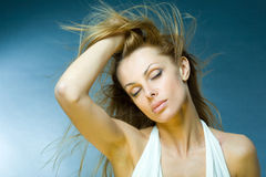 Jeune femme appréciant le vent Photo libre de droits