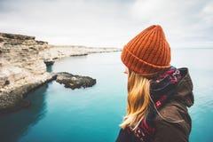 Jeune femme appréciant seule la vue froide de mer photos stock