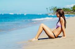 Jeune femme appréciant Sunny Day sur la plage Image libre de droits