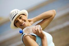 Jeune femme appréciant un temps beau à la plage Photo stock