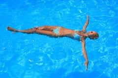 Jeune femme appréciant une piscine images stock