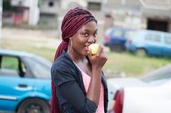 Jeune femme appréciant une pomme Photos libres de droits