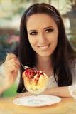 Jeune femme appréciant un dessert de crème glacée  Images libres de droits