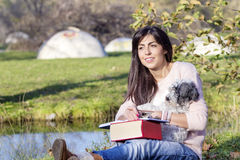 Jeune femme apprenant avec son chien en parc d'automne Image libre de droits