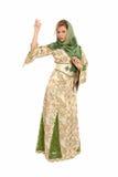 Jeune femme arabe avec la position de voile d'isolement Images stock
