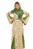 Jeune femme arabe avec la position de voile d'isolement Image stock
