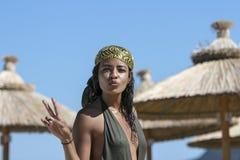 Jeune femme arabe montrant le geste de paix et de baiser Image stock