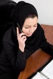 Jeune femme arabe traditionnelle au bureau Photos stock