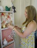 Jeune femme arrangeant des ornements. Photos stock