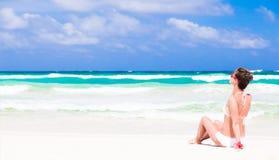 Jeune femme arrière de vue dans le bikini et des lunettes de soleil Photos libres de droits