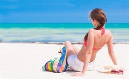 Jeune femme arrière de vue dans le bikini et des lunettes de soleil Images libres de droits