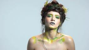 Jeune femme, art de maquillage banque de vidéos