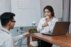 Jeune femme asiatique étonnée d'affaires excitée pour obtenir une rose blanche dans le bureau le jour du ` s de valentine Histoir Photographie stock