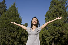 Jeune femme asiatique appréciant la lumière du soleil Photographie stock