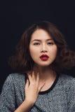 Jeune femme asiatique attirante dans une robe noire Mode élégant de fille Photo stock