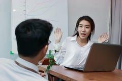 Jeune femme asiatique attirante excitée pour obtenir une rose blanche dans le bureau le jour du ` s de valentine Histoires d'amou Images libres de droits