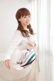 Jeune femme asiatique avec la blanchisserie photo stock