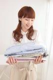 Jeune femme asiatique avec la blanchisserie photo libre de droits