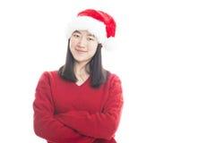 Jeune femme asiatique avec le chapeau de Noël d'isolement sur le blanc Image libre de droits