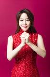 Jeune femme asiatique avec le geste de félicitation photos libres de droits