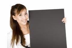 Jeune femme asiatique avec un panneau blanc de signe. image stock