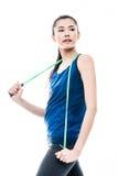 Jeune femme asiatique convenable avec une corde à sauter Images libres de droits