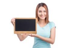 Jeune femme asiatique d'étudiant jugeant un tableau d'isolement sur le blanc Photo libre de droits