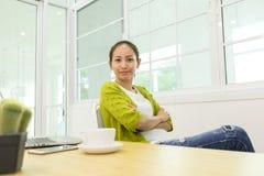 Jeune femme asiatique d'affaires travaillant avec l'ordinateur Photos stock